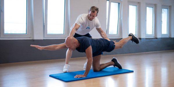 Rückentraining (Frankfurt): effizientes Rückentraining nach dem Metzen Fitness Konzept für jung und alt, sorgt für mehr Stabilisation, Kräftigung und Mobilisation der CORE Muskulatur. Ebenso für mehr Lebensqualität und somit eine schmerzfreie und gesündere Zukunft.